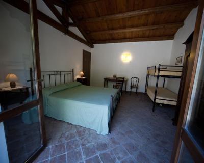 Dreibettzimmer Von 25 M². Moskitonetz. Schreibtisch