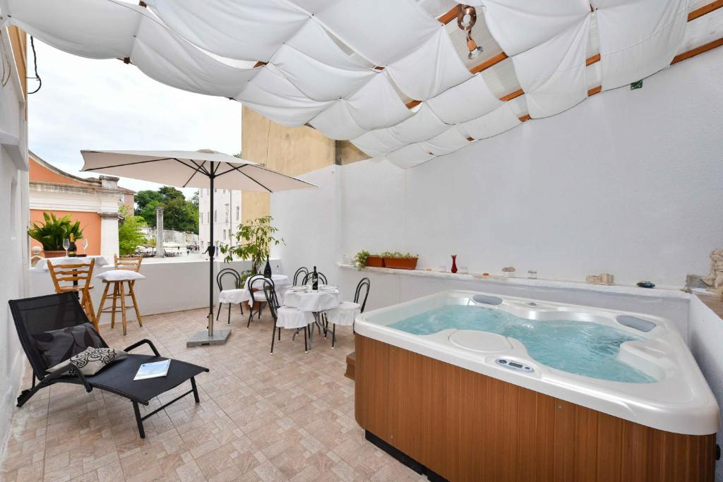Old Town Jacuzzi Suite, Bed & Breakfast Zadar