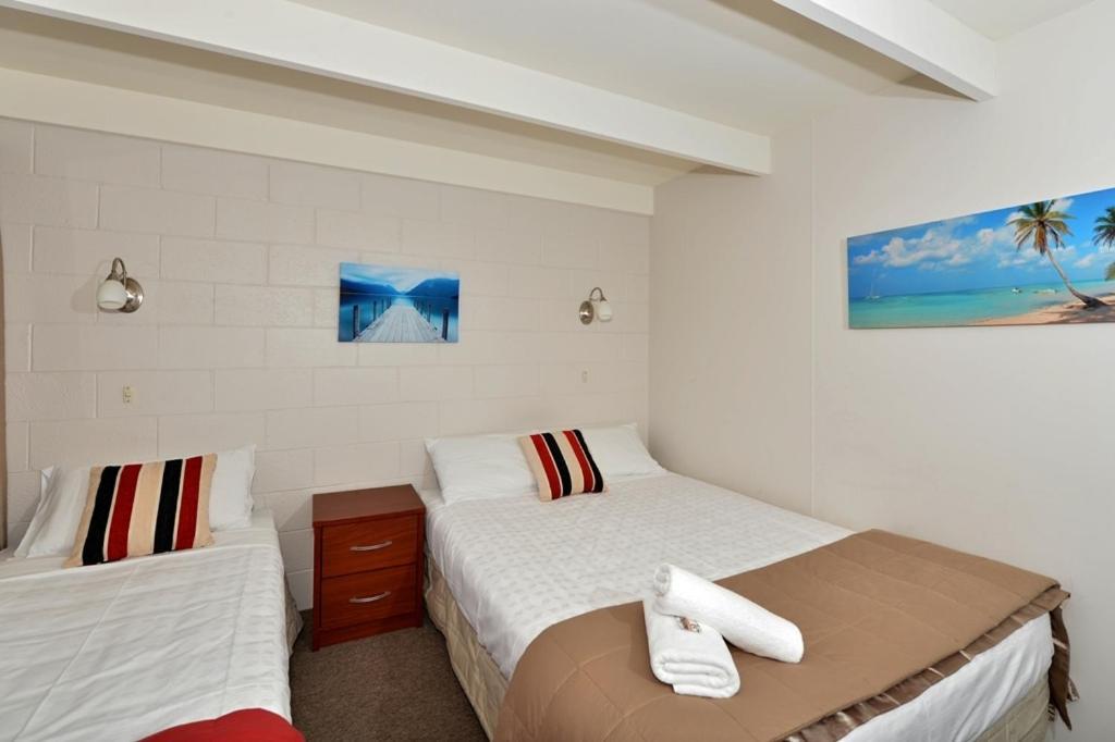 Falls motel waterfront campground paihia reserva tu for Motel con piscina privada