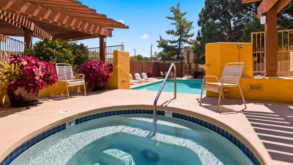 Best western airport albuquerque innsuites hotel suites for Piscina yale