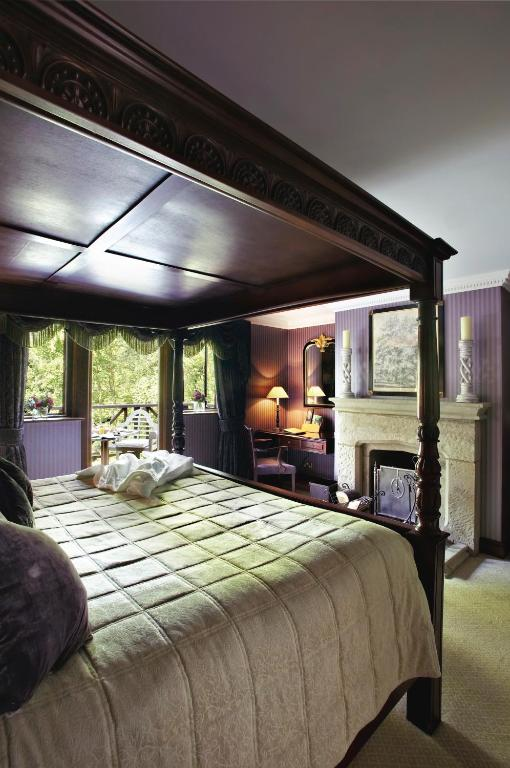 Langshott manor a small luxury hotel r servation for Luxury hotel reservations