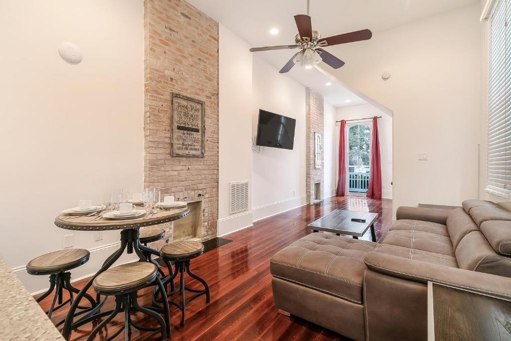Luxury 1 Bedrooms On Carondelet By Hosteeva Apartments New Orleans