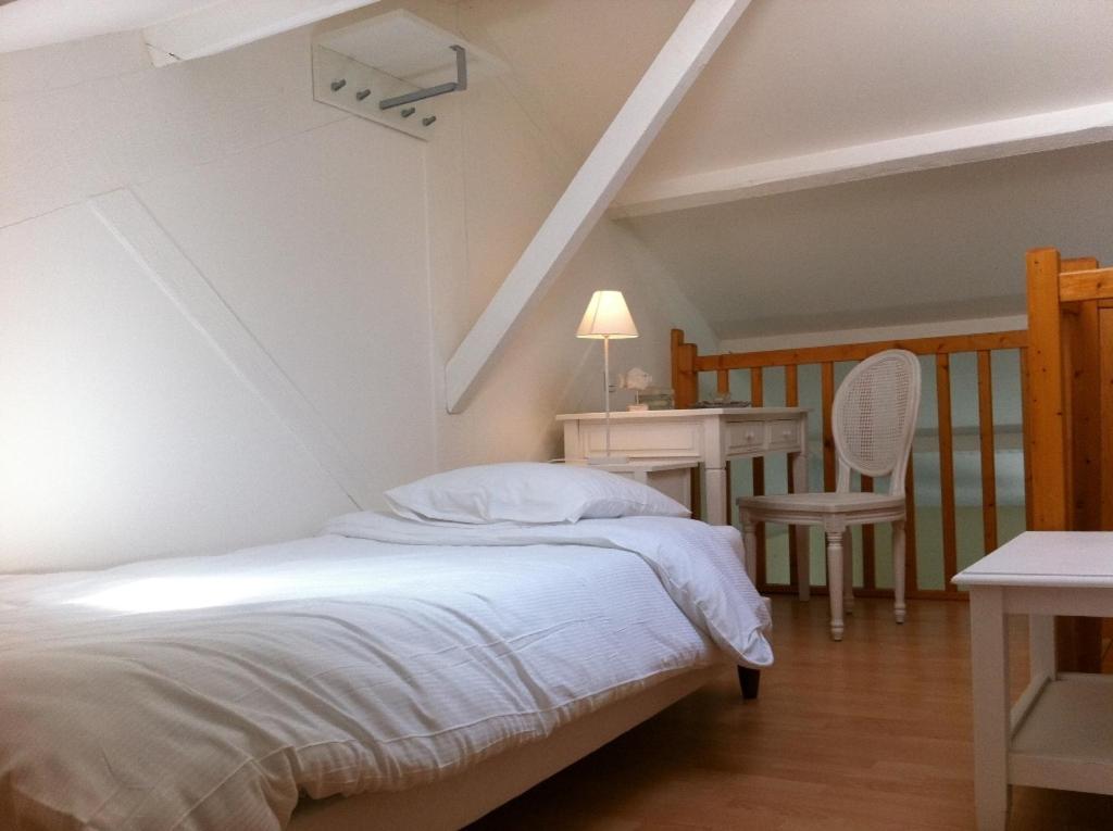 Hotel la maison sur l 39 eau beauvoir sur mer for La maison hotel