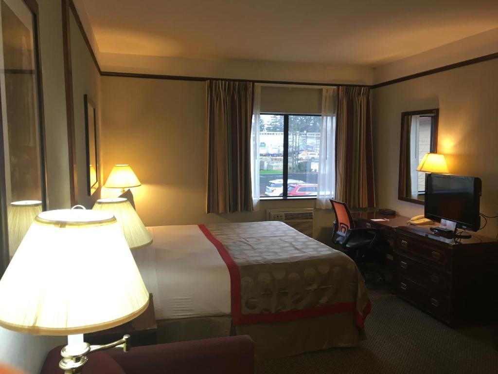 Book Now Ramada Inn Portland Airport (Portland, United States). Rooms Available for all budgets. Attractive prices a free airport shuttle and a sauna are among highlighted comforts and conveniences at the Ramada Inn Portland Airport. All 200 rooms in the two-story Ramada