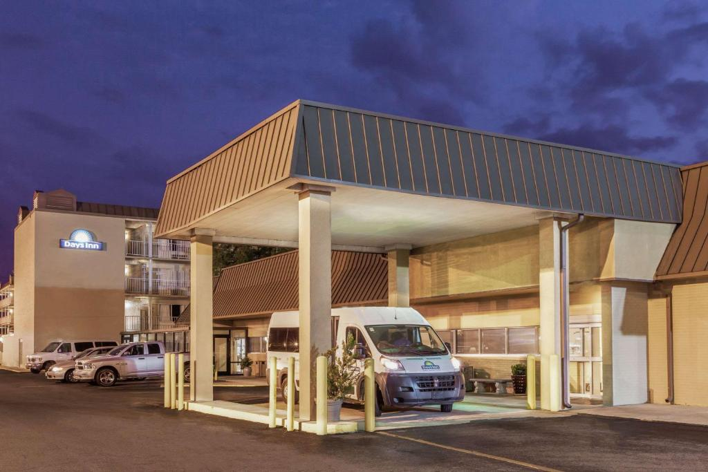 Book Now Days Inn New Orleans Airport (Kenner, United States). Rooms Available for all budgets. Budget-conscious guests dig the affordable rates free Wi-Fi outdoor pool and airport-adjacent location provided by the Days Inn New Orleans Airport. Sipping on freshly made in
