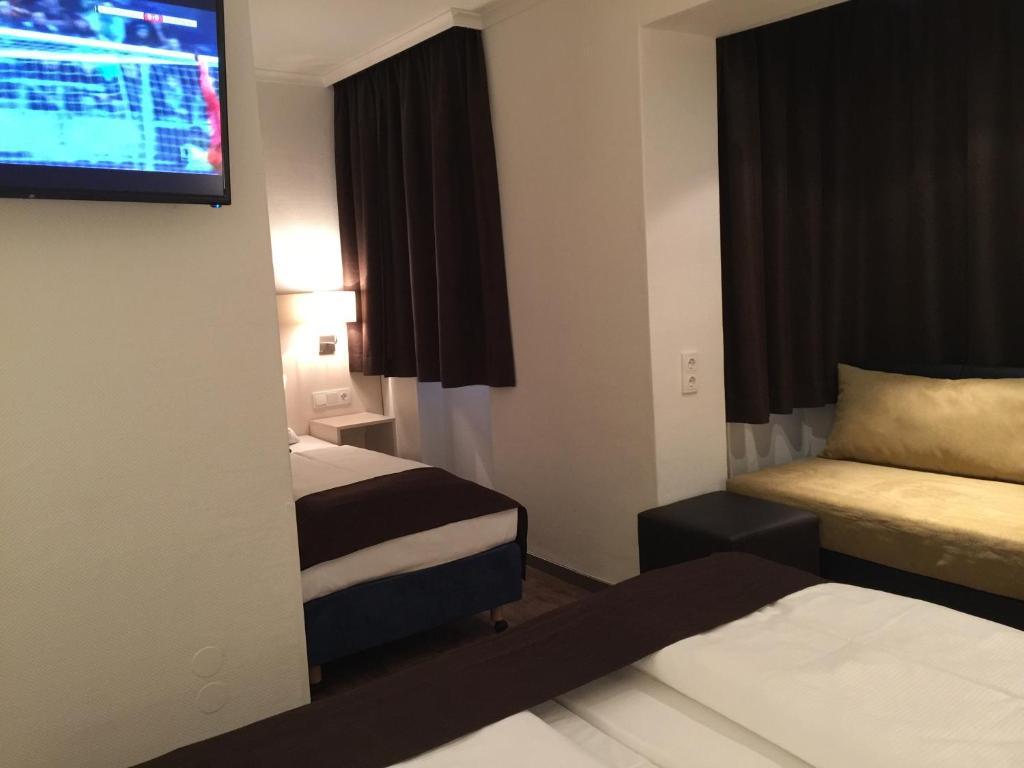 großer Rabatt große Auswahl an Farben Finden Sie den niedrigsten Preis Hotel Lloyed Frankfurt am Main
