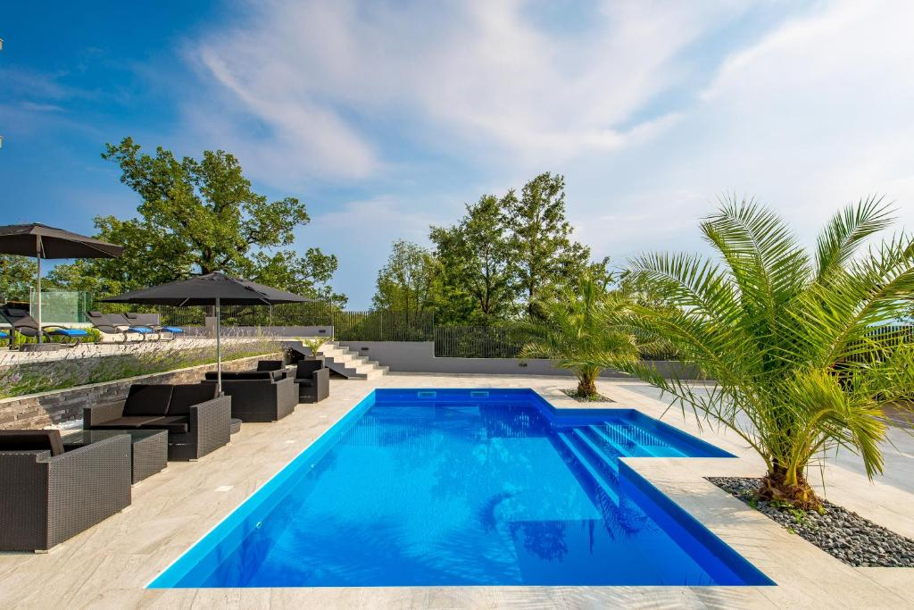 Take a Look at These Beautiful Swimming Pool Luxury Pics ...