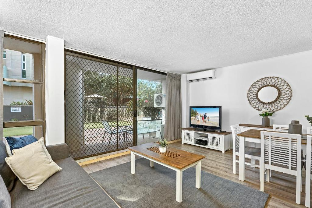 Surfers Paradise 2 Bedroom Absolute Beachfront Apartment President
