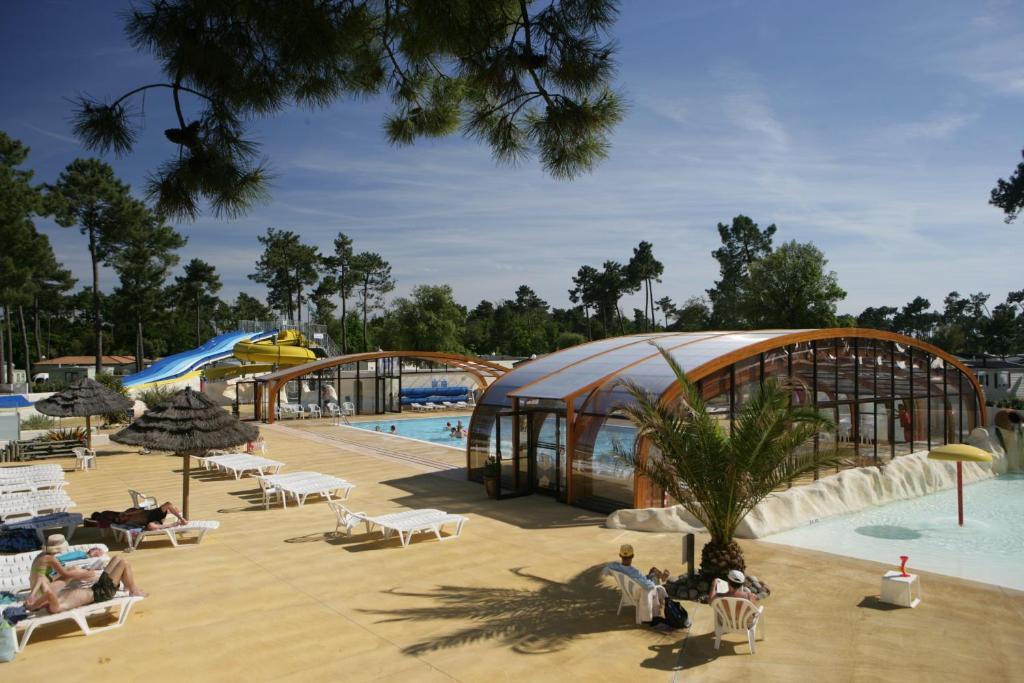Camping la pignade la tremblade reserva tu hotel con for Camping con piscina cubierta
