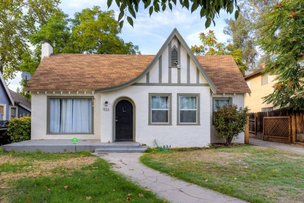Charming House French Vanilla Marble Kitchen Bed Breakfast Fresno