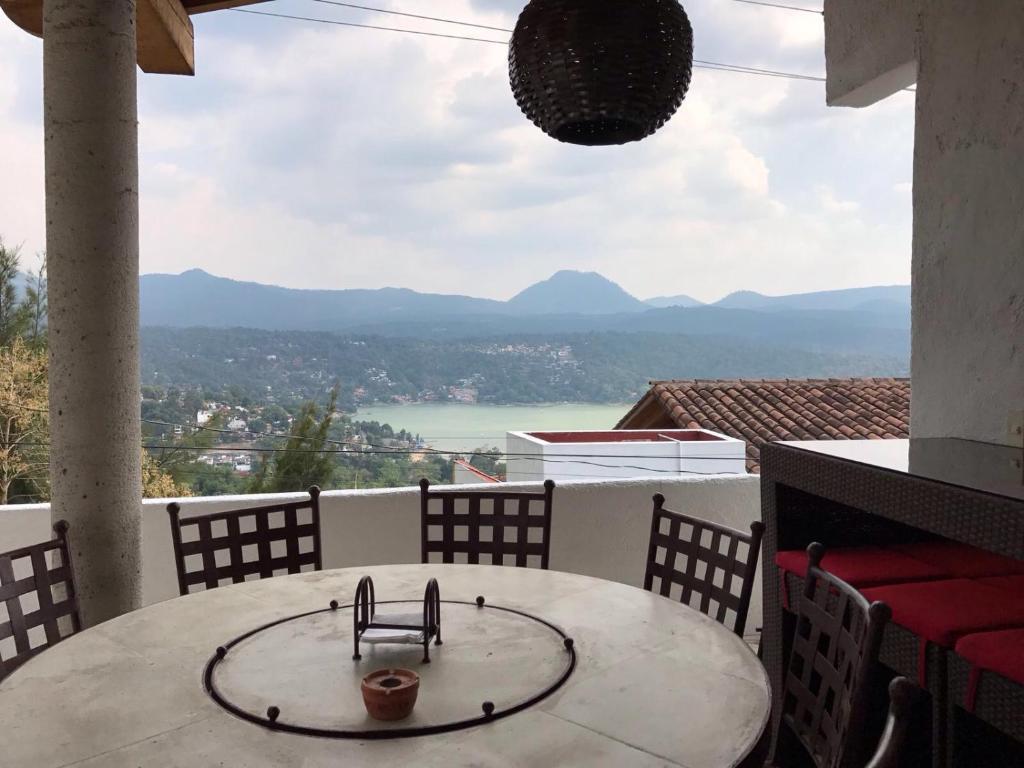 Camera Da Letto Lago hermosa casa con jacuzzi y vista al lago, casa vacanze valle