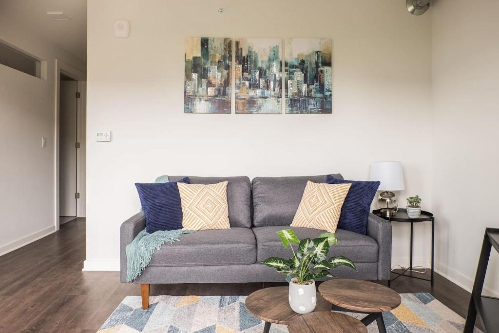 Comfy + Cozy - Modern 1 bedroom close to Lake + Juneau Park ...