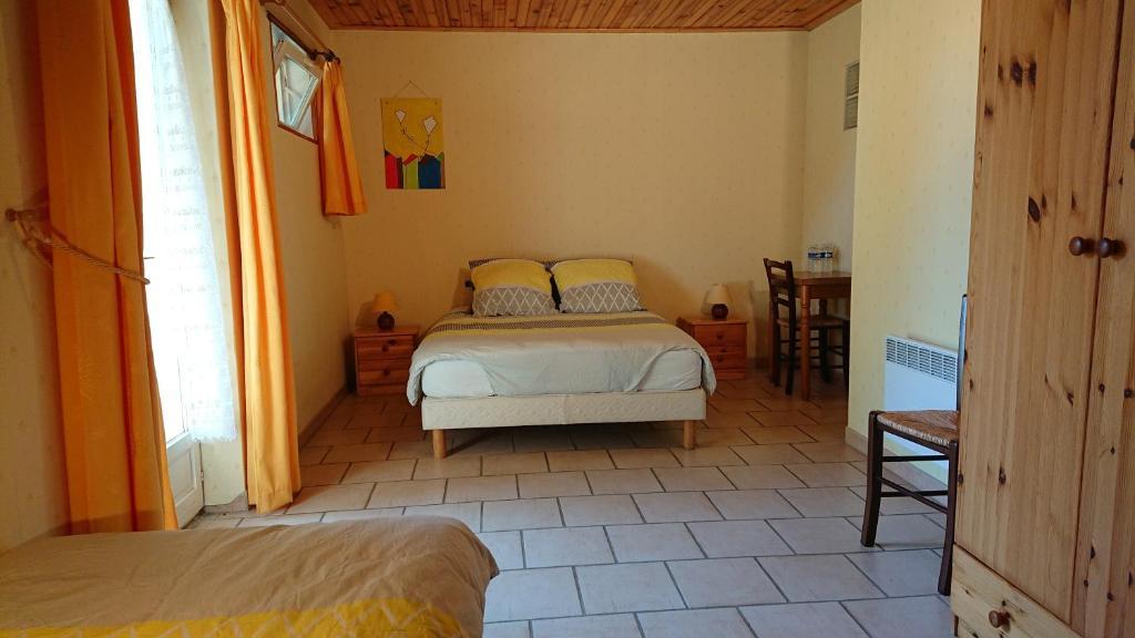 domaine d\'en haut chambre jaune, Chambre d\'hôtes Lissay Lochy