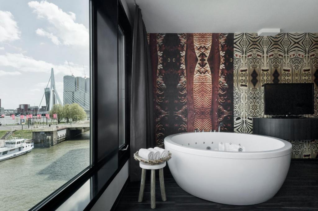 Mainport design hotel rotterdam reserva tu hotel con for Designhotel q