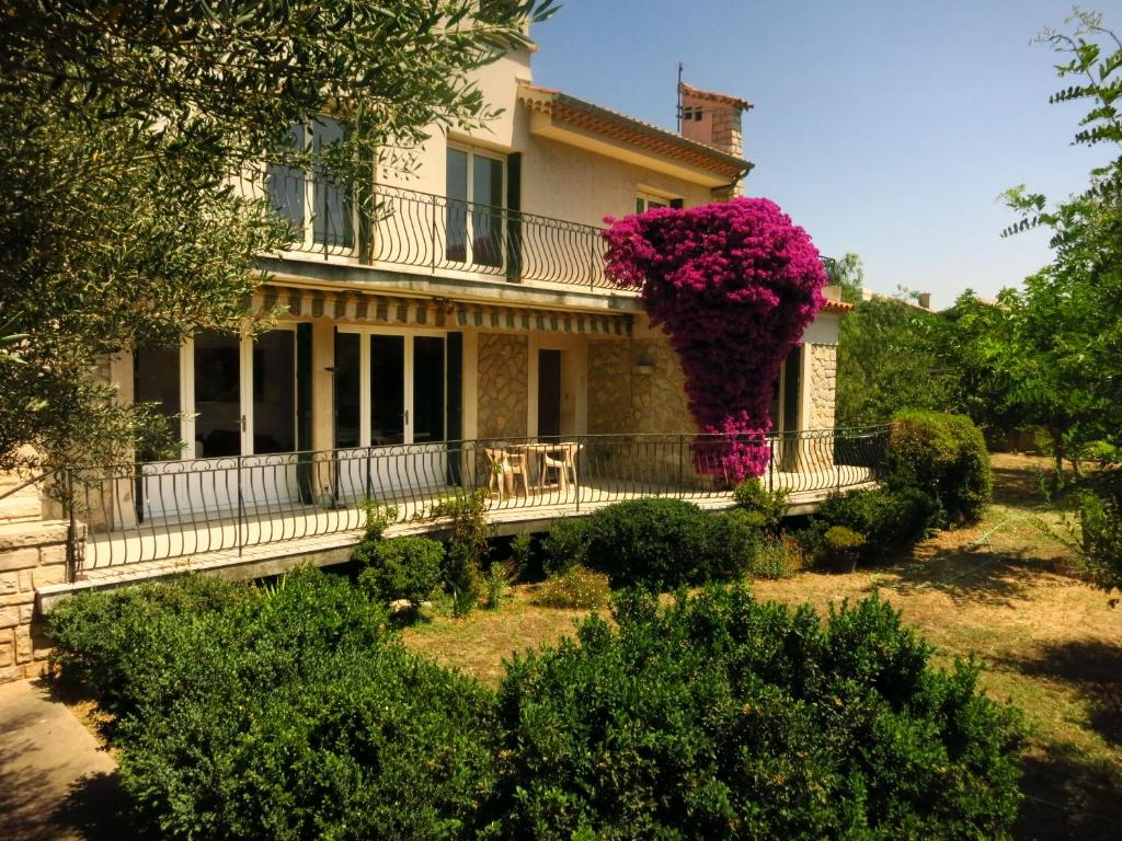 Maison lumineuse et spacieuse avec jardin arboré, Villa La ...