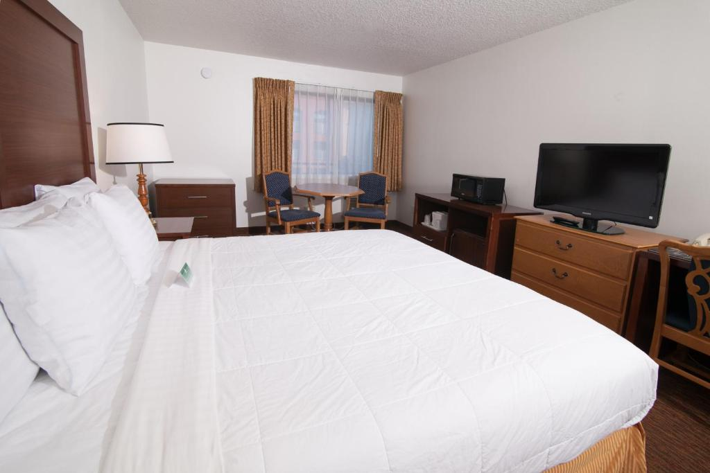 Book Now San Mateo Sfo Airport Hotel (San Mateo, United States). Rooms Available for all budgets. Great room amenities like free Wi-Fi and appliances combined with free breakfast and a central Bay Area location put our guests at ease at the San Mateo SFO Airport Hotel. The