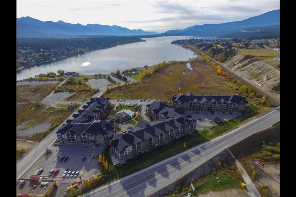 Modern Cozy 2 Bed 2 Bath With Lake And Mountain Views Swimming Pool And Spa Apartment Invermere