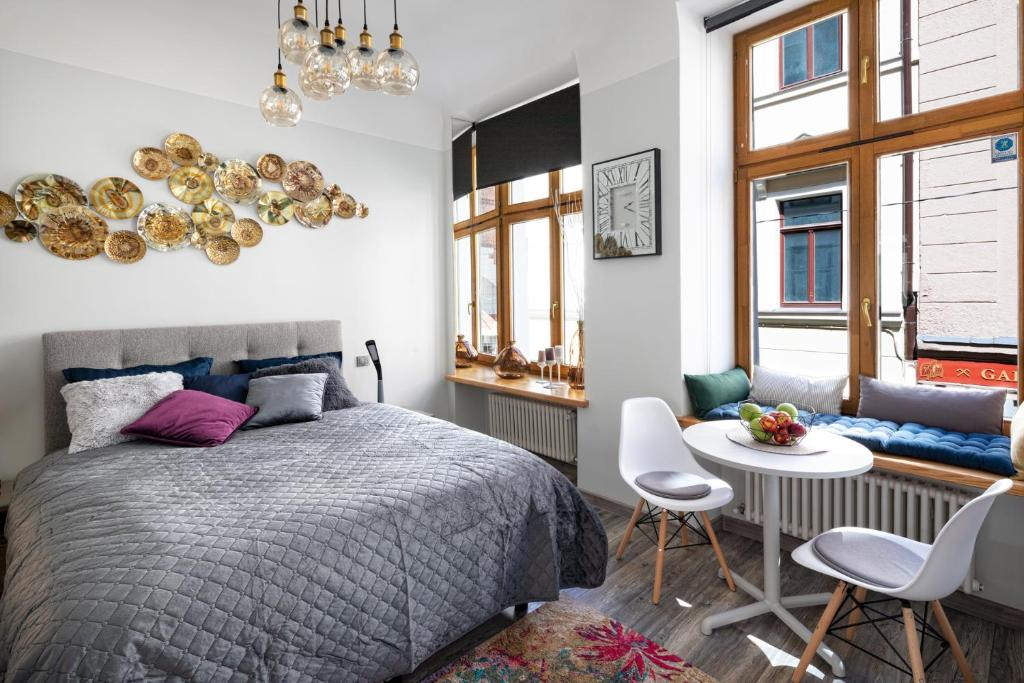 Art Design King Bed Studio Apartment In Old Town Apartment Riga