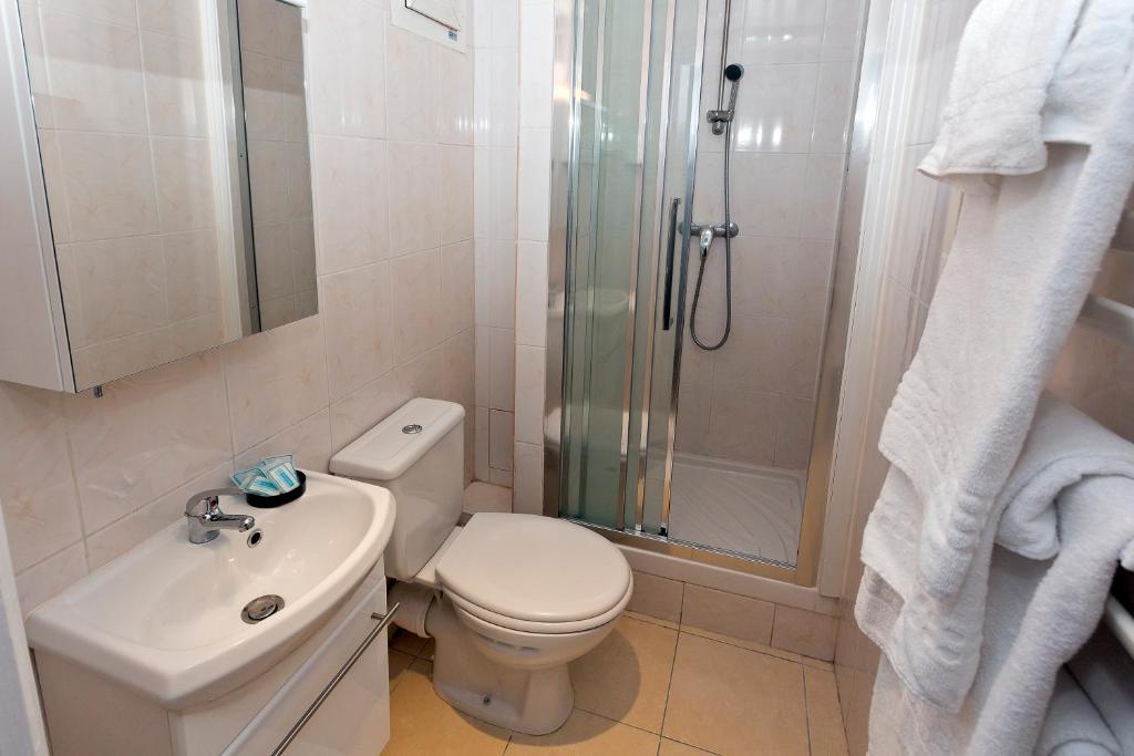 hipotel paris buttes chaumont pyr n es r servation gratuite sur viamichelin. Black Bedroom Furniture Sets. Home Design Ideas