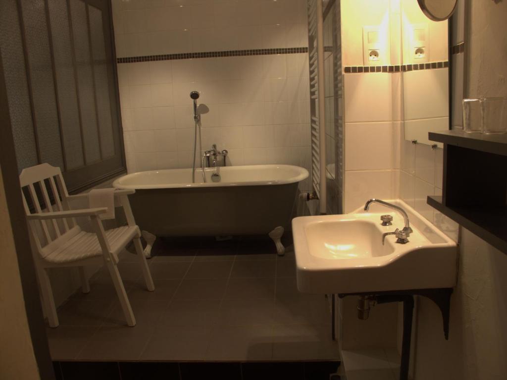 chambres d 39 h tes l 39 epicurium le puy en velay book your hotel with viamichelin. Black Bedroom Furniture Sets. Home Design Ideas