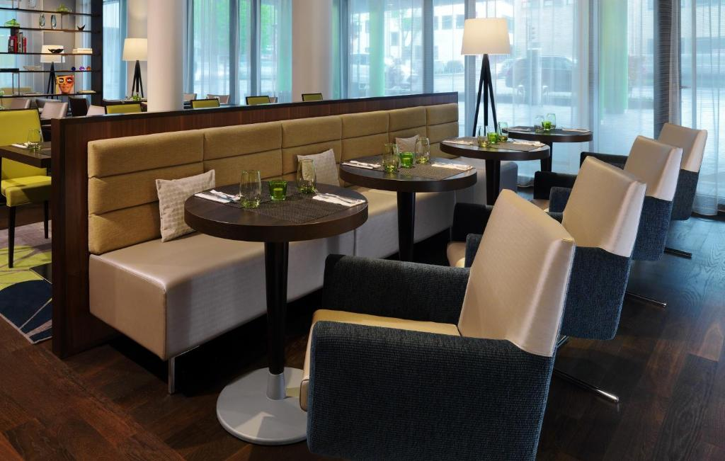 courtyard by marriott cologne colonia reserva tu hotel con viamichelin. Black Bedroom Furniture Sets. Home Design Ideas