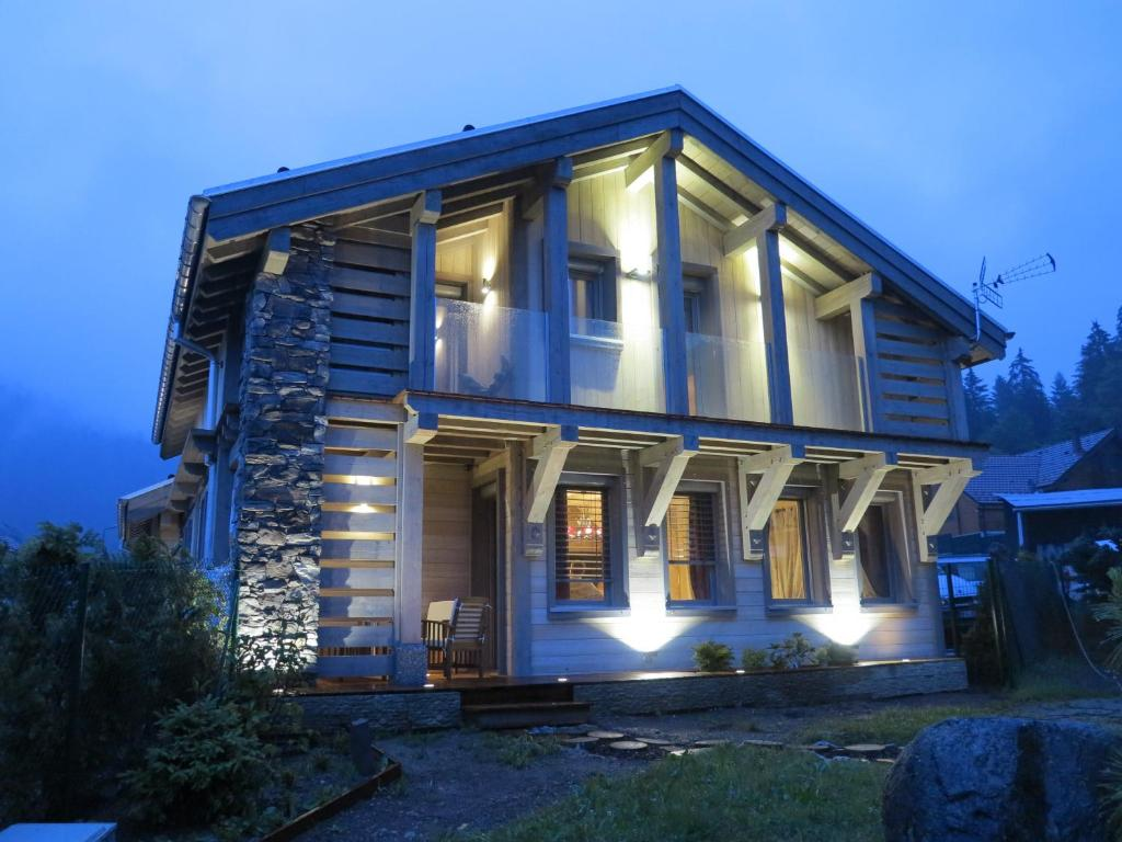 Huis in chaletstijl alpine chic en provinciale eenvoud