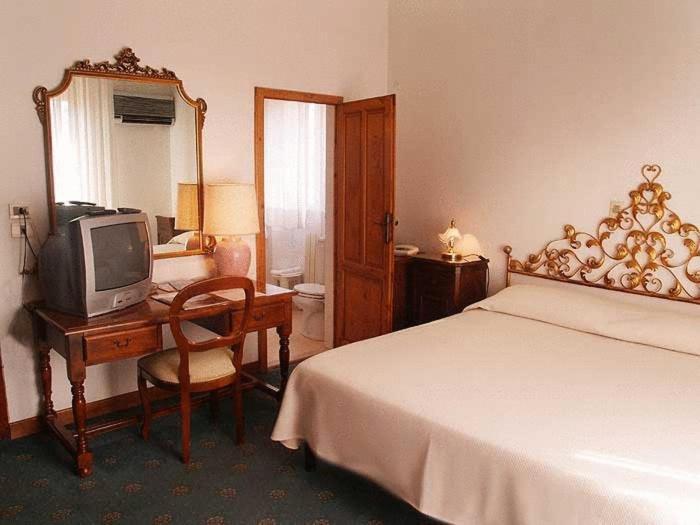 Camera Matrimoniale A Grosseto.Hotel Albergo San Lorenzo Grosseto