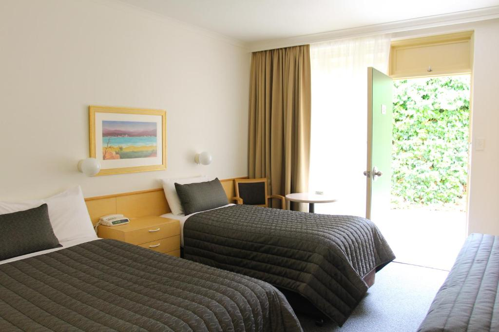 Mid city motor inn queanbeyan queanbeyan book your for Free room at motor city casino