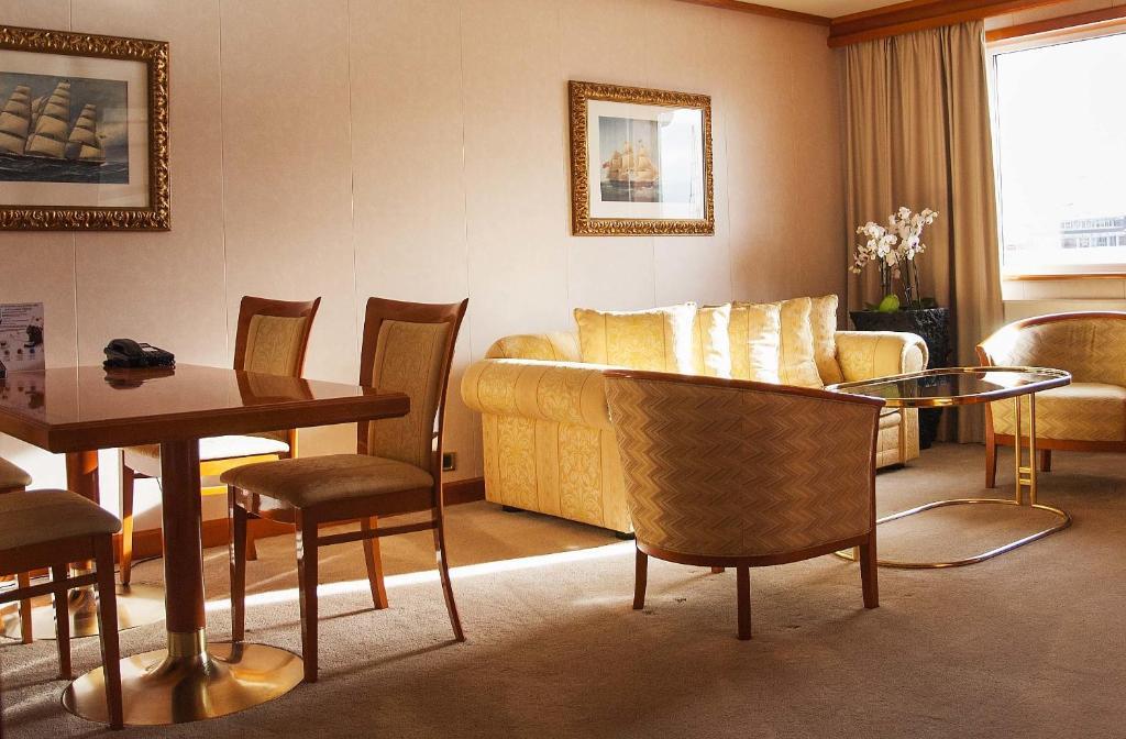 Sunborn Hotel Room Service