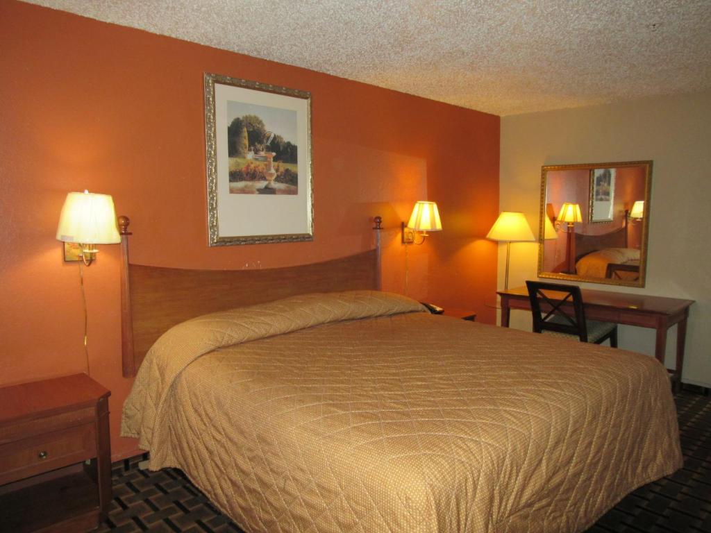 Super 7 Inn Dallas-Southwest - Dallas - book your hotel with ViaMichelin