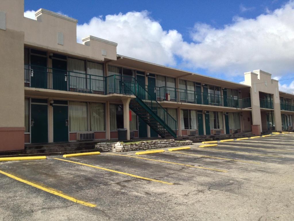 Budget inn motel austin reserva tu hotel con viamichelin for Motel con piscina privada