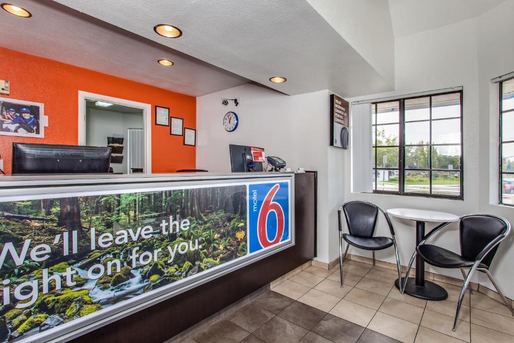 Motel 6 fairfield north fairfield reserva tu hotel con for Motel con piscina privada