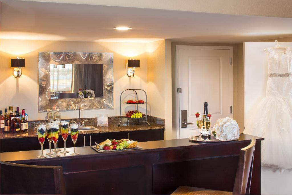 Book Now Laguardia Plaza Hotel (East Elmhurst, United States). Rooms Available for all budgets. An indoor pool hot tub and sauna plus freebies like Wi-Fi and airport shuttle service welcome our guests at LaGuardia Plaza Hotel. This mid-rise property has 358 rooms all equ