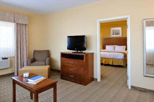 Book Now Holiday Inn Express Philadelphia Airport (Essington, United States). Rooms Available for all budgets. A riverfront locale free buffet breakfast and a location near a popular casino make the non-smoking Holiday Inn Express Philadelphia Airport the savvy traveler's choice. All 7