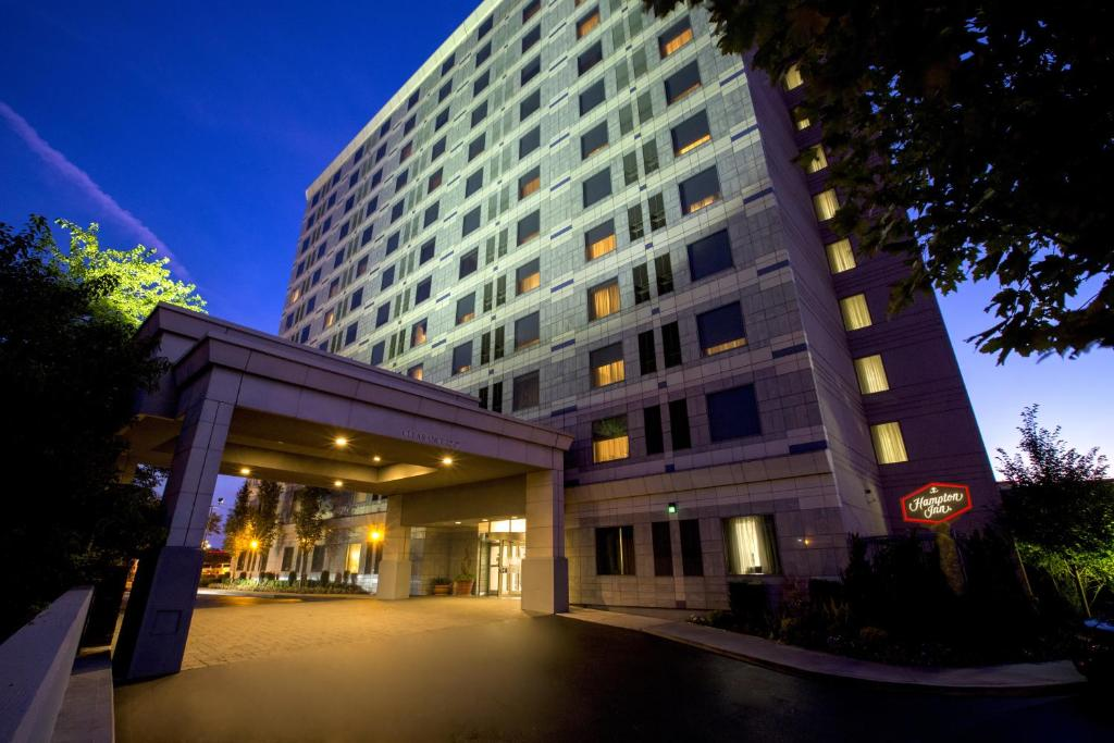 Book Now Hampton Inn NY-Jfk (Queens, United States). Rooms Available for all budgets. Free hot buffet breakfast free Wi-Fi and free airport transportation explain why this Hampton Inn is one of the top favorite hotels of our guests in the area. The 12-story hot