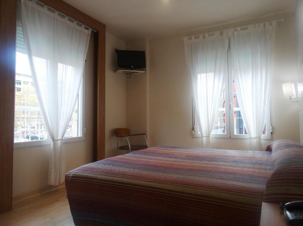 hostal penalty chambres d 39 h tes valence. Black Bedroom Furniture Sets. Home Design Ideas