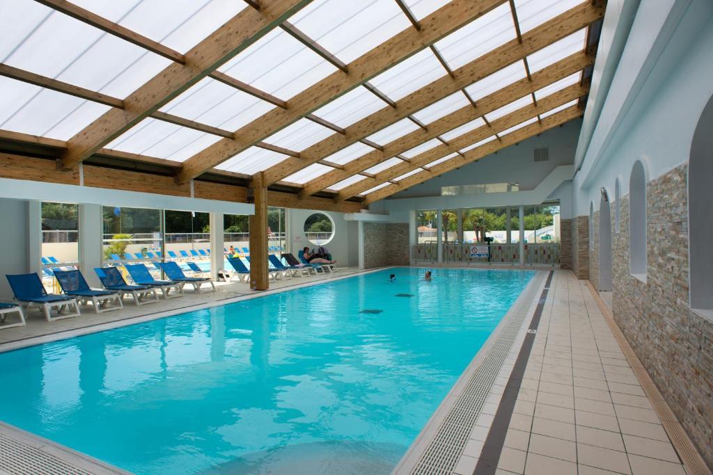 Camping le bois masson saint jean de monts reserva tu for Camping con piscina cubierta
