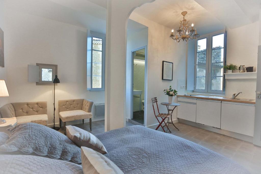 apartments la bastide bleue wohnungen in gordes in le vaucluse 84 8 km von roussillon. Black Bedroom Furniture Sets. Home Design Ideas