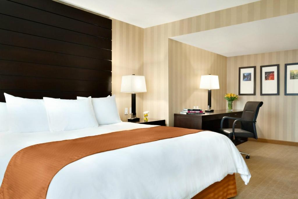 Book Now Radisson Hotel Vancouver Airport (Richmond, Canada). Rooms Available for all budgets. An indoor pool an on-site restaurant and freebies like Wi-Fi and an airport shuttle bring our guests to the non-smoking Radisson Hotel Vancouver Airport. The eleven-story Radi