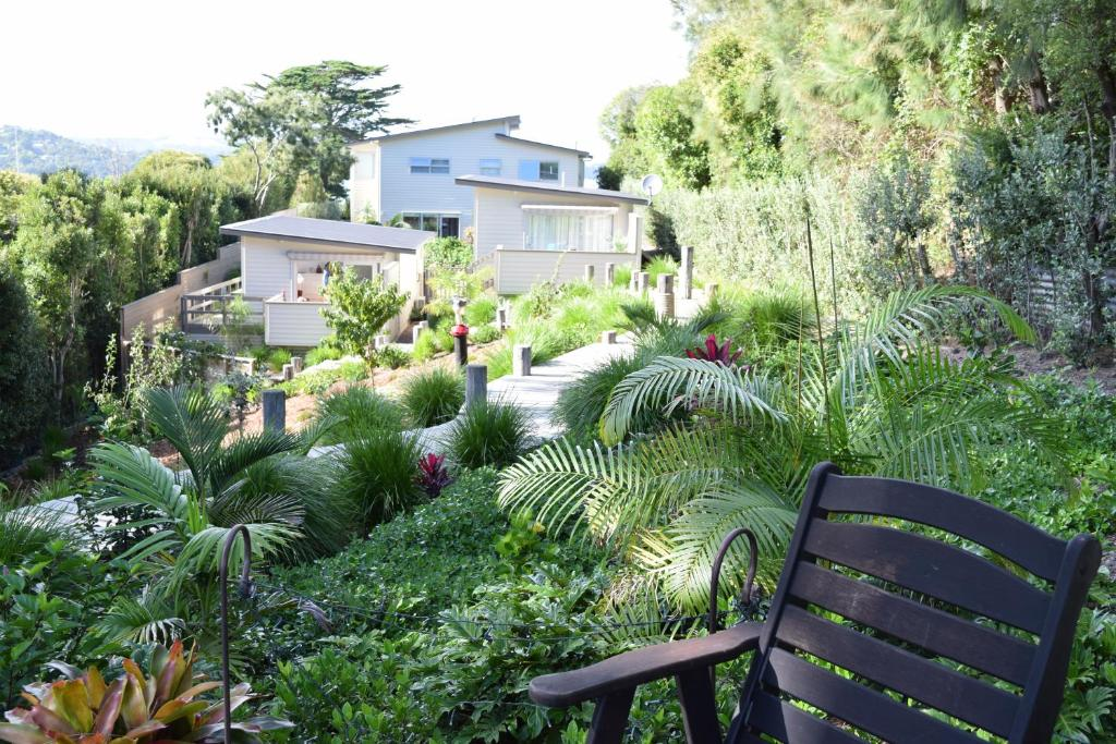 Oneroa secret garden apartments auckland informationen for Katzennetz balkon mit alfamar algarve gardens apartments