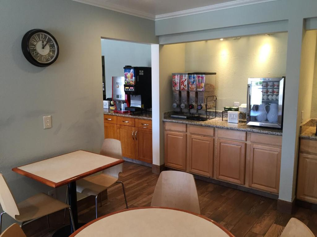 Book Now Regency Inn Sfo (San Bruno, United States). Rooms Available for all budgets. Amenities like free breakfast and free high-speed internet welcome guests to the Regency Inn Sfo conveniently located two miles from the airport. This two-story hotel offers 3