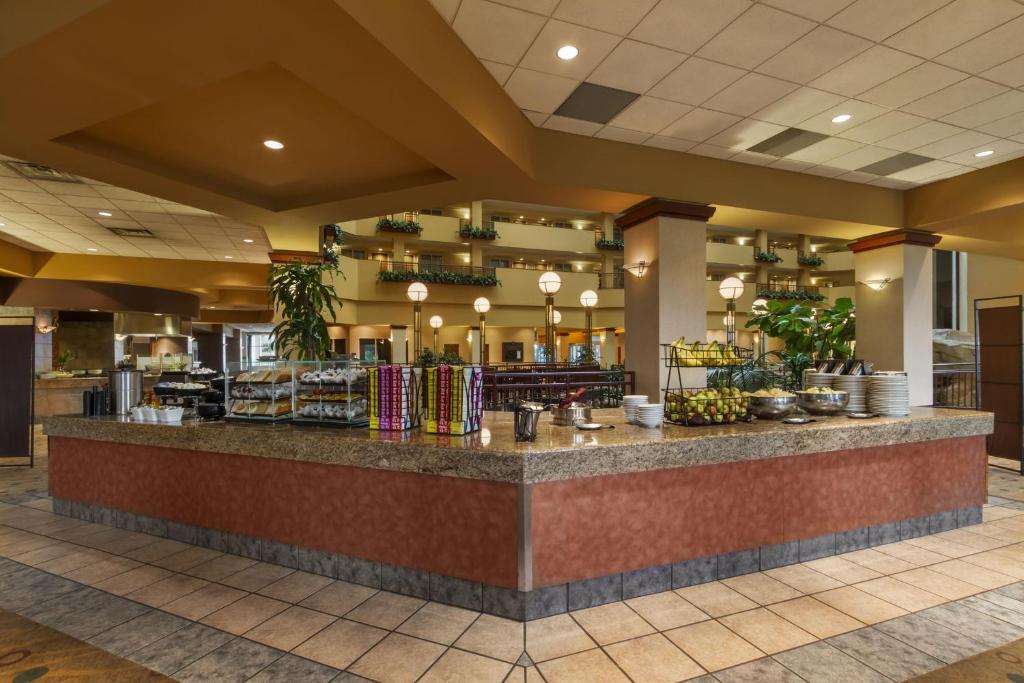 Book Now Embassy Suites Hotel Portland Airport (Portland, United States).  Rooms