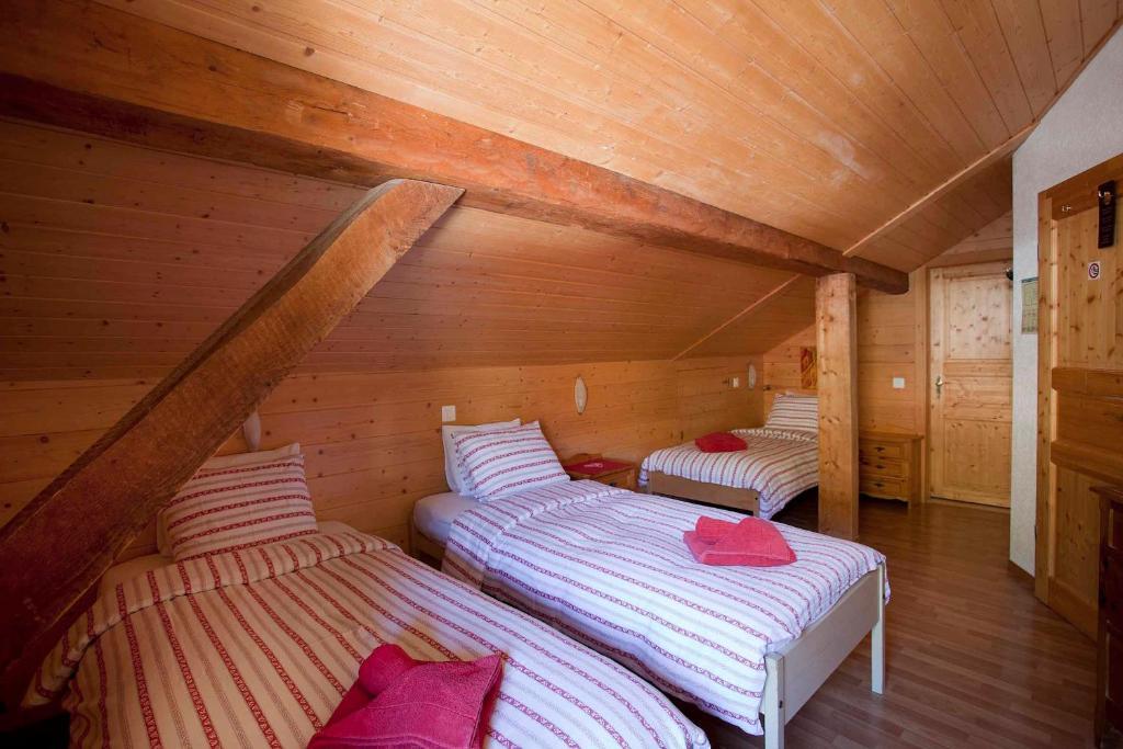 Afbeelding van een grote houten kamer een chalet u stockfoto