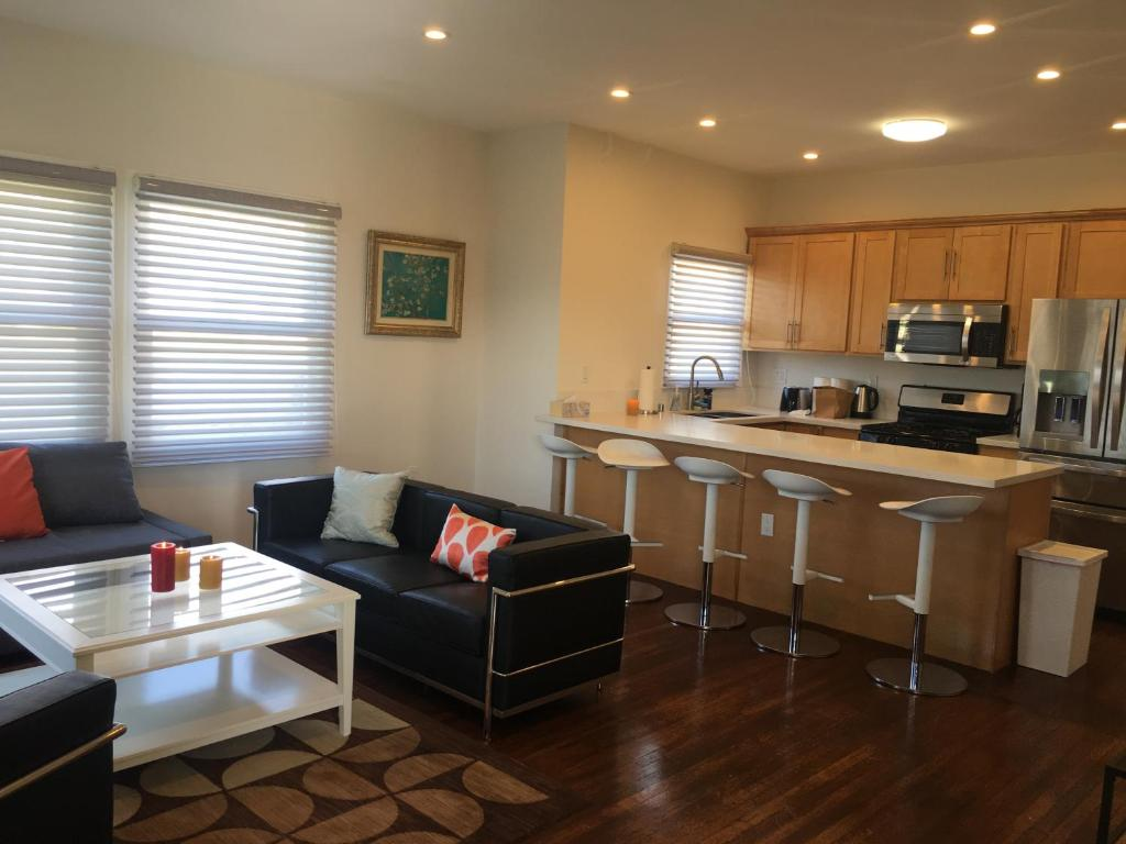 Modern 3 Bedroom 2 Bathroom Apartment In Los Angeles