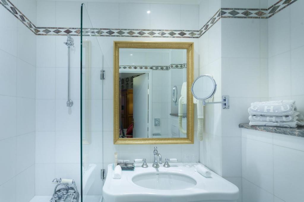 grand h tel de l 39 univers saint germain r servation. Black Bedroom Furniture Sets. Home Design Ideas