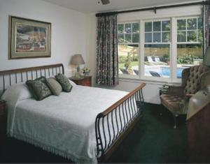 Queen Room with Pool View - Winstead Inn