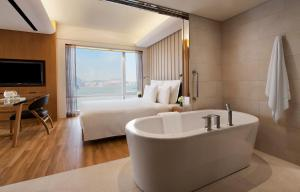 Deluxe King Suite with Harbour View and Club Lounge Access