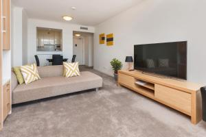 Private Sunny Modern One Bedroom Quay West Apartment
