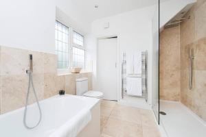 Burntwood Lane Apartment, Apartmanok  London - big - 9