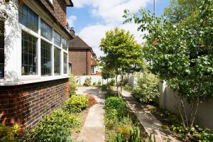 Burntwood Lane Apartment, Apartmanok  London - big - 27